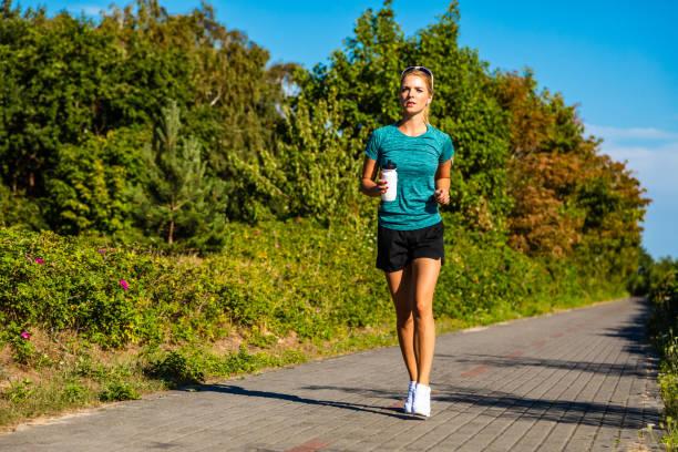 vrouw running - atlete stockfoto's en -beelden