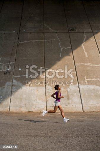 Uma Mulher Correr - Fotografias de stock e mais imagens de Adulto