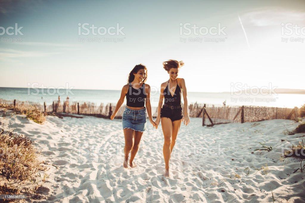 Frau läuft am Strand zusammen – Foto