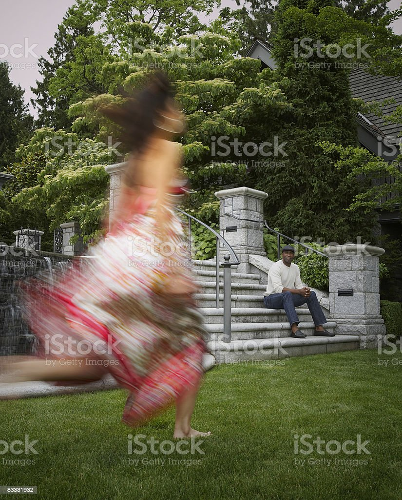 woman running toward man foto stock royalty-free