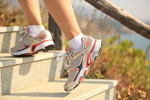 frau läuft auf mountain treppe - schlanke waden stock-fotos und bilder