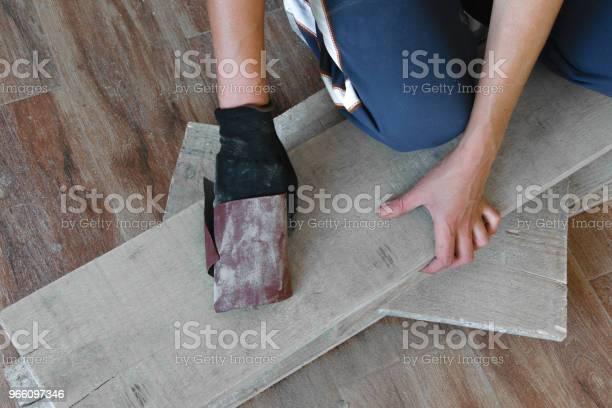 Kvinna Slipa Med Fint Sandpapper Ett Träbord Inomhus Reparation Diy Koncept-foton och fler bilder på Albanien