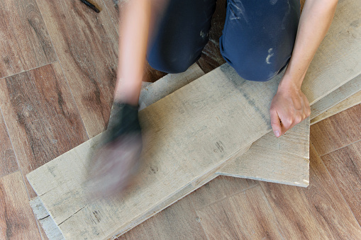 Frau Sand Mit Feinem Sandpapier Einen Holztisch Indoor Reparatur Diy Konzept Stockfoto und mehr Bilder von Albanien