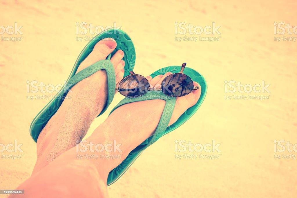 sale retailer 978c6 ff85f Frau Sandy Barfuss Mit Flip Flops Und Sonnenbrillen Vintage ...