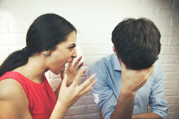 Frau schreiend zu ihrem Mann – Foto