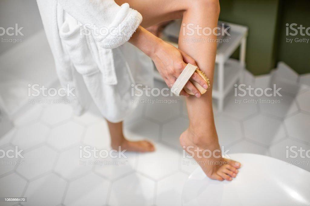 Frau schrubben Beine – Foto