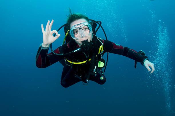 Femme de plongeur sous-marin - Photo