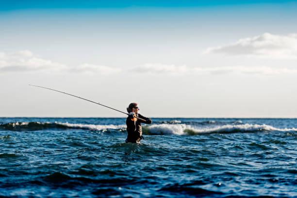 frau seefischerei an møns klint-dänemark - angeln dänemark stock-fotos und bilder