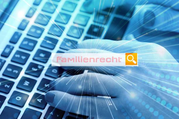 eine frau sucht im internet nach dem begriff familienrecht - frisch verheirateten beratung stock-fotos und bilder