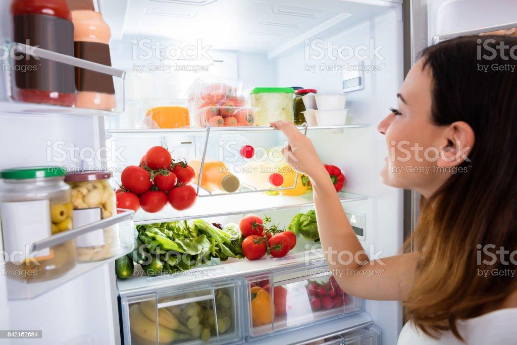 Kühlschrank Tattoo : Frau auf der suche nach essen in den kühlschrank stockfoto und