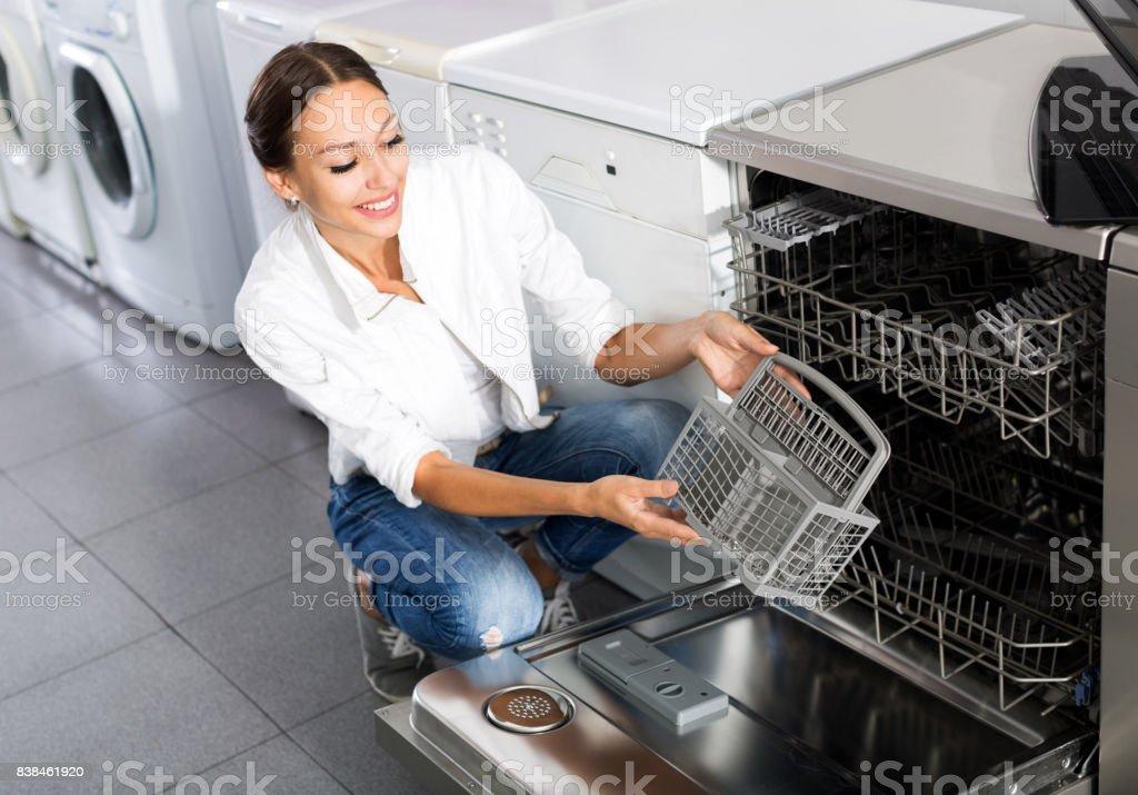 Mulher selecionando moderna máquina de lavar louça - foto de acervo