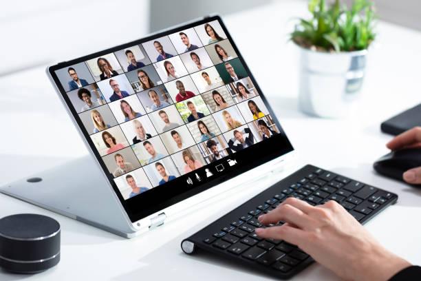 Frau wählt neues Haus auf Laptop zu Hause – Foto