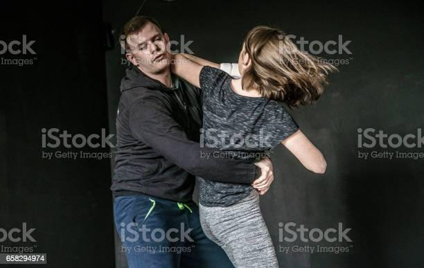 Frau Notwehr Gegen Angriffe Des Mannes Trick Starke Frauen Üben Selbstverteidigung Kampfkunst Krav Maga Stockfoto und mehr Bilder von 25-29 Jahre