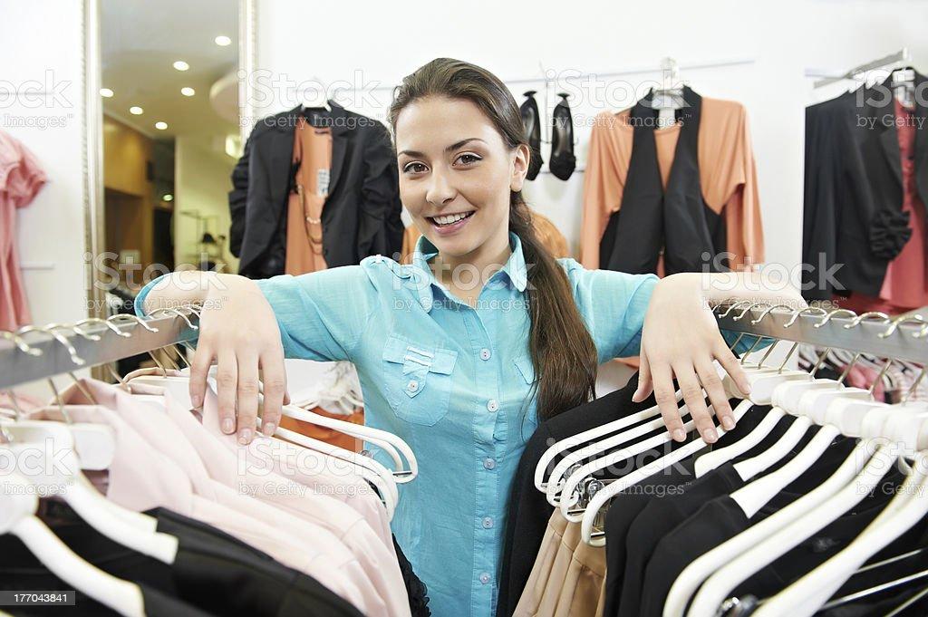 Donna venditore consulente in vestiti shopping negozio foto stock  royalty-free 02b4801bd39