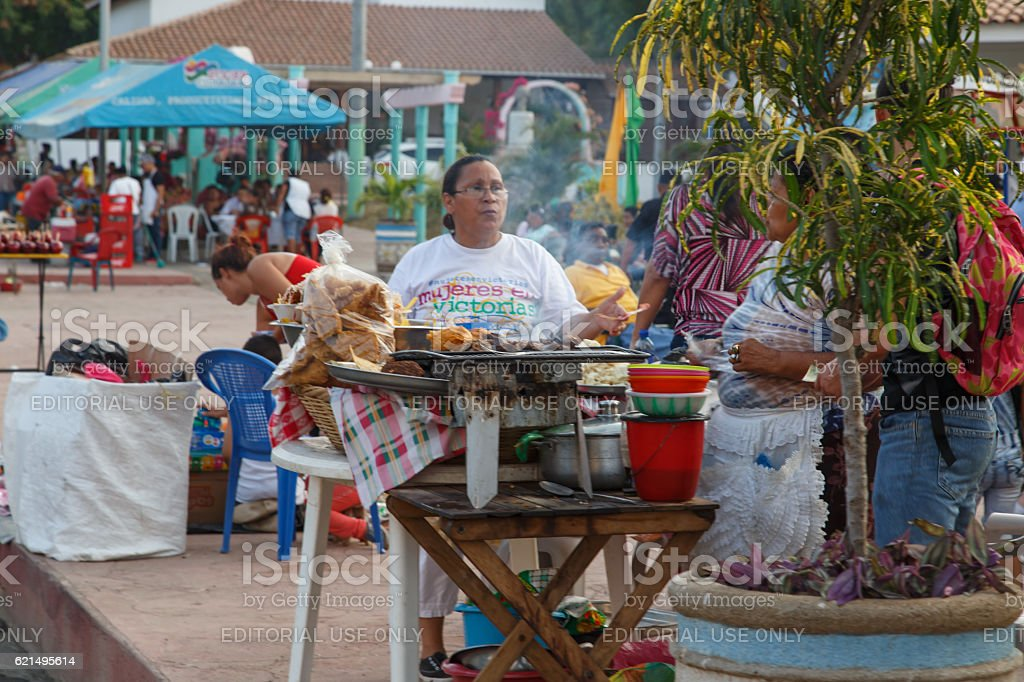 woman selling food around the revolution place foto stock royalty-free