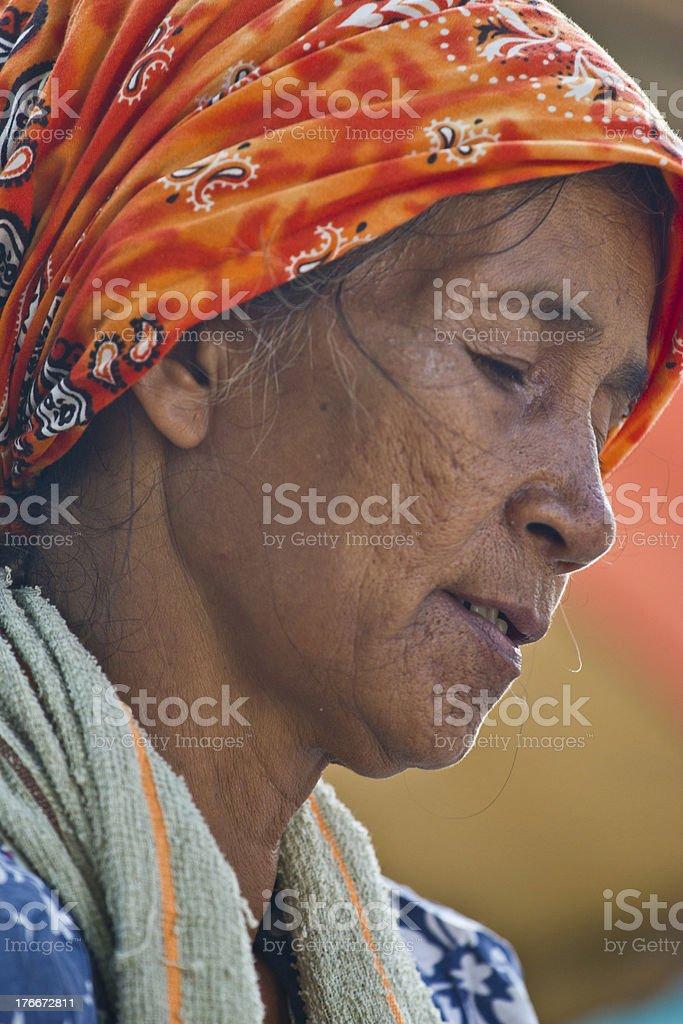 Mujer vender alimentos en la calle foto de stock libre de derechos