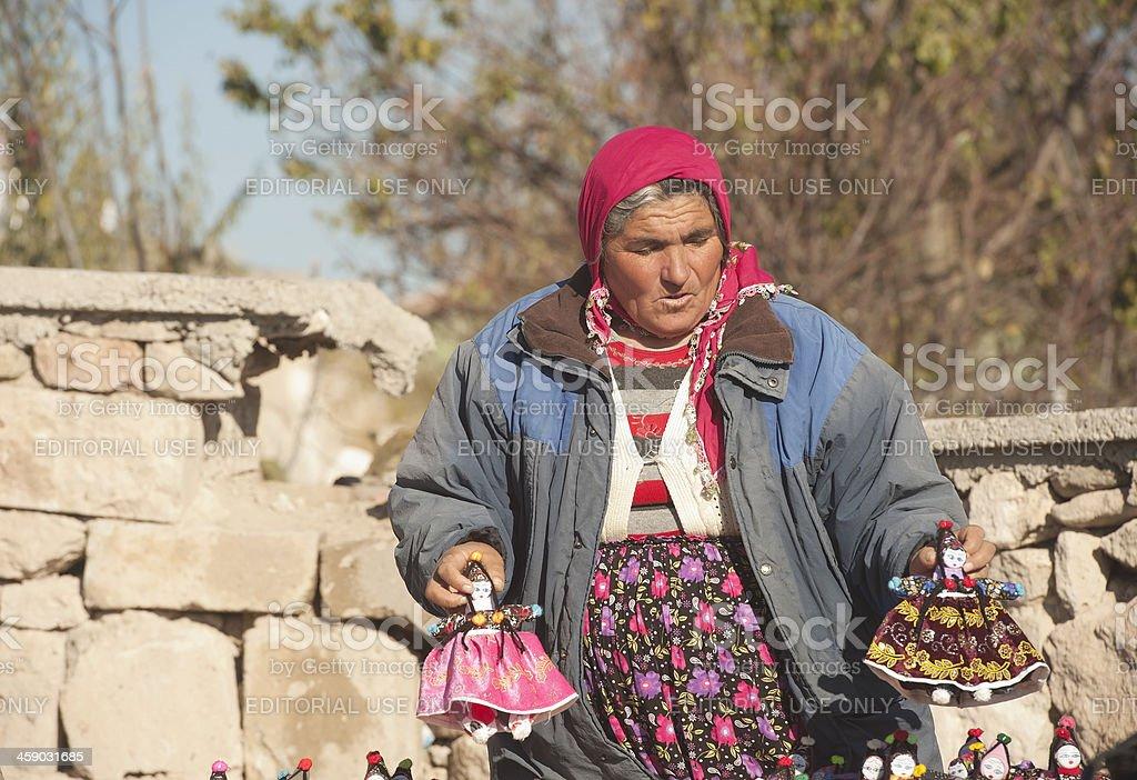 Mulher venda bonecas de pano - foto de acervo