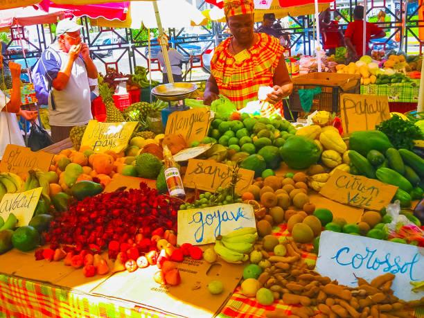 Punkt-à-Pitre, Guadeloupe - 9. Februar 2013: Frau verkauft frisches Obst auf dem freien Markt in Guadeloupe. – Foto