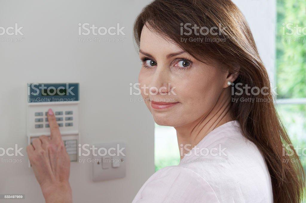 Femme cadre sur la Panneau de contrôle système de sécurité - Photo
