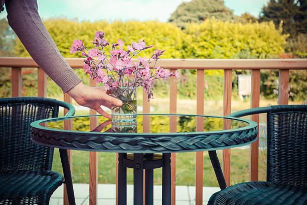 frau, die tisch für tee im freien - vorbau dekor stock-fotos und bilder