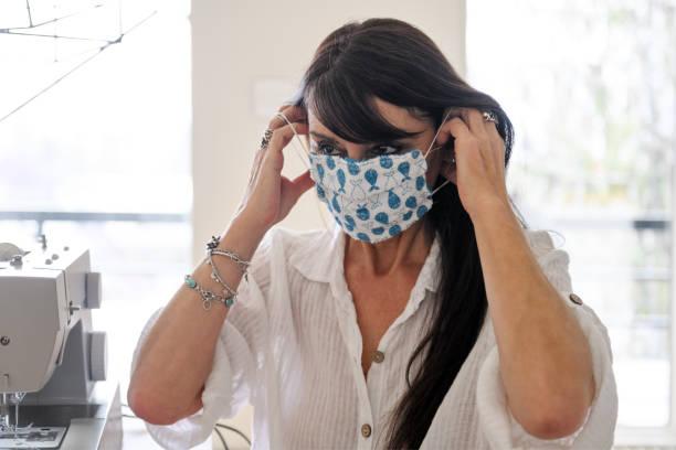 Kadın dikiş ev yapımı koruyucu maske stok fotoğrafı