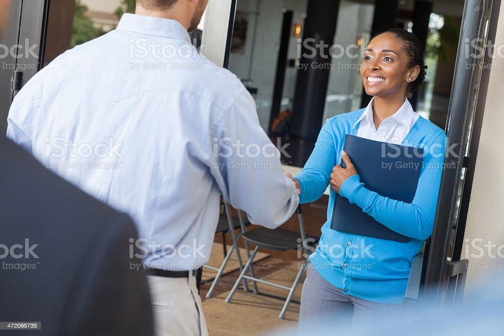 Frau beim Händeschütteln mit zukünftige Mitarbeiter in place of business – Foto
