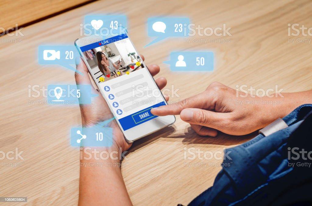 女性分享美女博主評論網上與手機應用程式在木桌上在家裡, 線上影響技術在日常生活中, 數位時代的概念。 - 免版稅互聯網圖庫照片