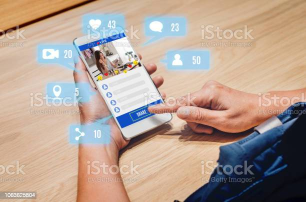 女性分享美女博主評論網上與手機應用程式在木桌上在家裡 線上影響技術在日常生活中 數位時代的概念 照片檔及更多 互聯網 照片