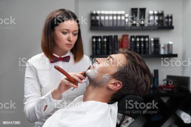 Kobieta Goli Maszynkę Do Golenia Brody - zdjęcia stockowe i więcej obrazów Fryzjer męski