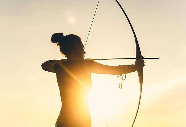 Mujer tiro con arco largo - foto de stock