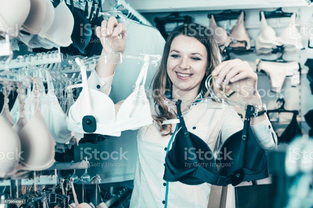 detailed look 50ac4 b4852 Frau Shopper Prüfung Bhs Im Unterwäsche Shop Stockfoto und ...