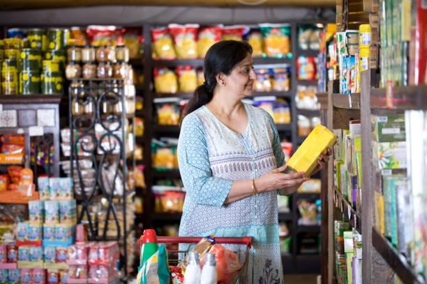 Frau beim Einkaufen im Lebensmittelgeschäft – Foto