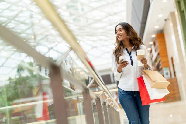Frau in der Mall Einkaufen und mit ihrem Handy – Foto