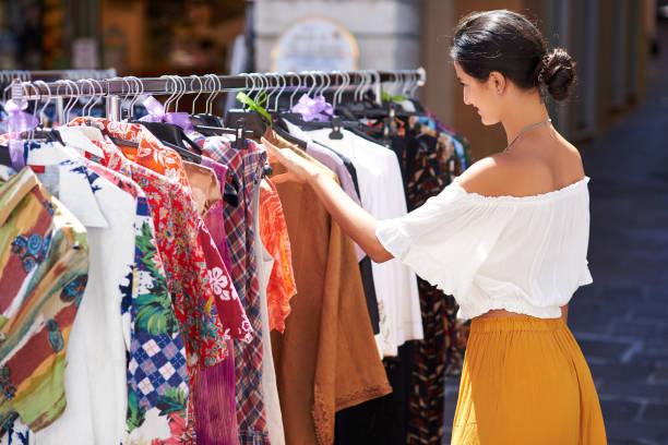 frau einkaufen auf dem wochenmarkt - hippie kleider stock-fotos und bilder