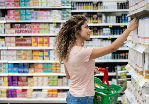 compra da mulher no supermercado - shampoo - fotografias e filmes do acervo