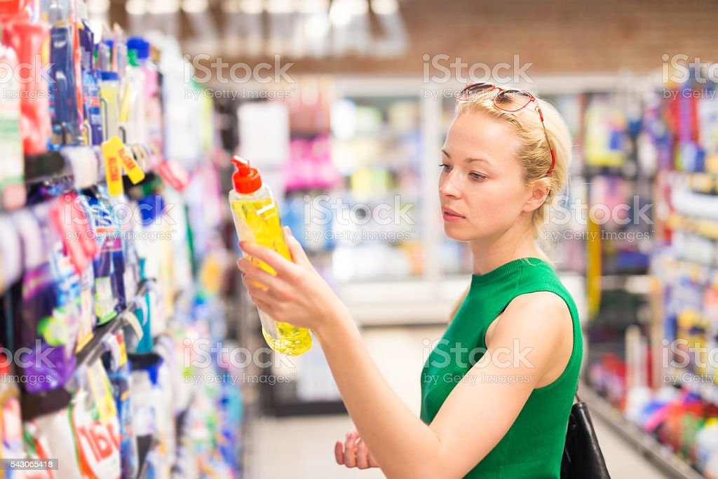 Woman shopping cleaners at supermarket. – Foto