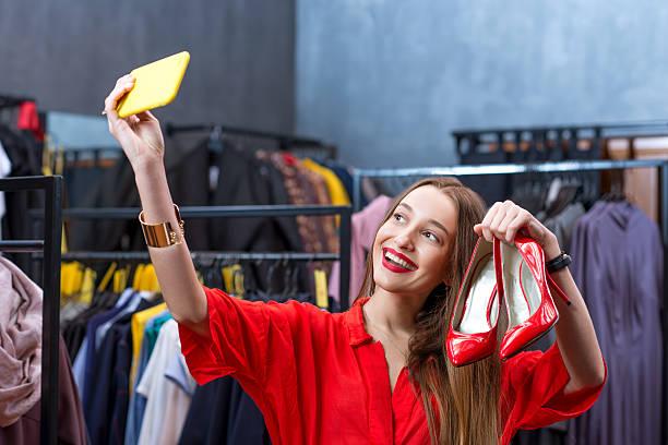 frau shopping für kleidung  - kleider günstig kaufen stock-fotos und bilder