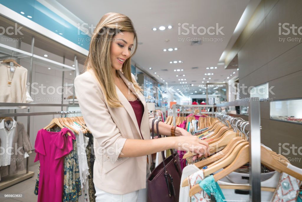 Woman shopping for clothes at a clothing store - Royalty-free 20-29 Anos Foto de stock
