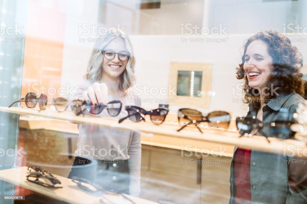 女性メガネのショッピング ストックフォト