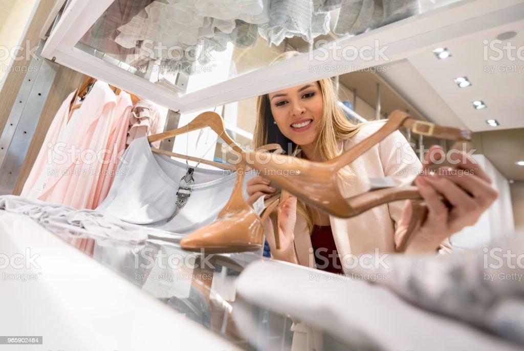 Vrouw winkelen voor schoenen in een kledingwinkel - Royalty-free 20-29 jaar Stockfoto