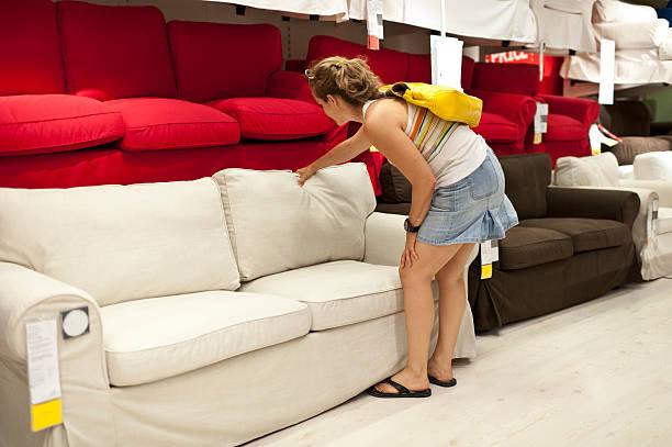 frau shopping für sofa - damenschuhe 44 stock-fotos und bilder