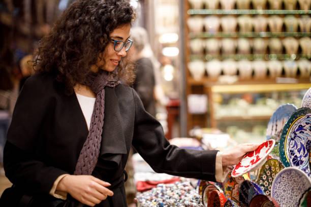 frau einkaufen im basar markt, istanbul - teller kaufen stock-fotos und bilder
