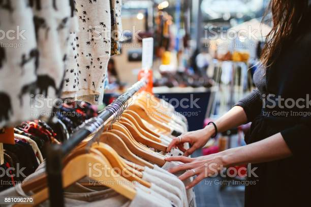 Woman shopping in east london second hand marketplace picture id881096270?b=1&k=6&m=881096270&s=612x612&h=ddgw61escck7izswansaqyk ohlxet3b4v7zazrdb6a=