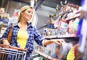 現地のスーパーマーケットの女性のショッピング。