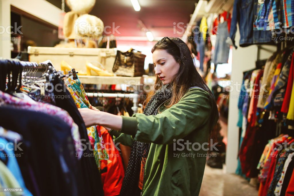 Frau shopping in London zweiter hand Marktplatz – Foto