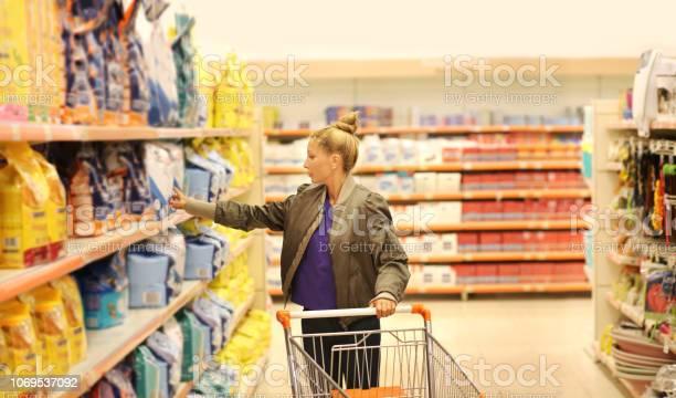 Woman shopping in supermarket reading product information picture id1069537092?b=1&k=6&m=1069537092&s=612x612&h=6awq6 7tc1skt udgdhqhgiyfx27cbdf7m2nugtkf4y=
