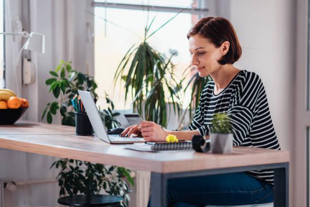 Frau kauft online und mit Kreditkarte – Foto
