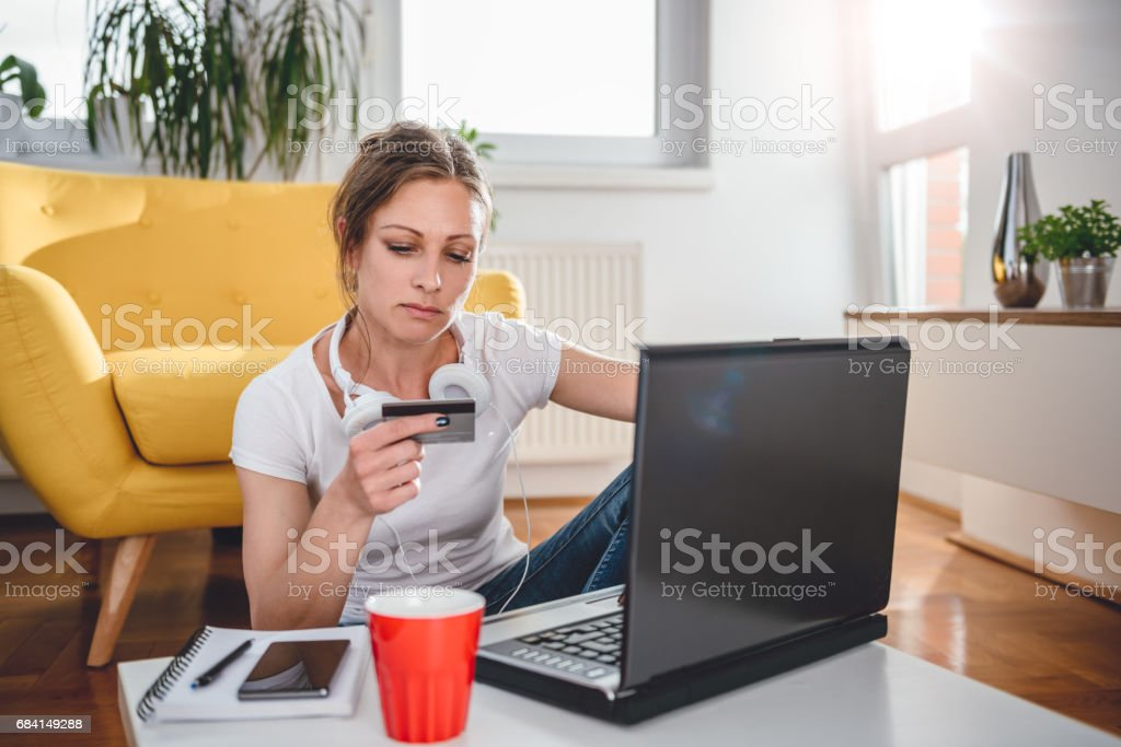 Woman shopping online and using credit card royalty free stockfoto