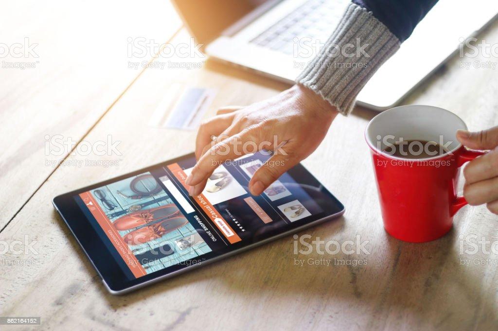 女自宅オンライン ショッピング、ビジネスと現代のライフ スタイル コンセプト、タブレット画面上のすべてを設計されています。 ストックフォト