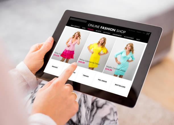 frau online-shopping für neues kleid - kleider günstig kaufen stock-fotos und bilder